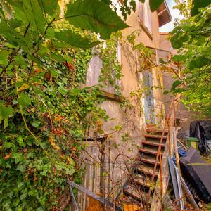 PROCHE TRAM B. Propriété composée d'une maison T4 de 86 m² et d'une maison T3 de 61 m² avec jardins-en